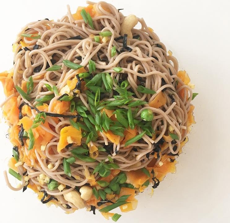 Fideos soba con vegetales, jengibre y algas