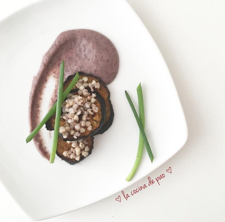 Berenjenas marinadas en cúrcuma con topping de trigo sarraceno y crema de alubias rojas