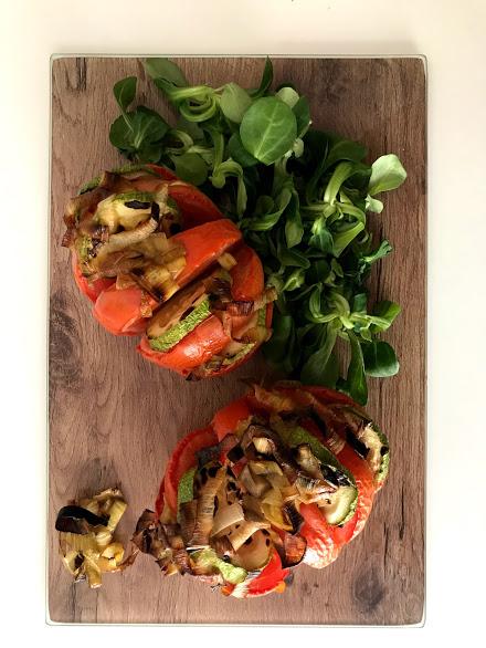 Ensalada de tomates al horno rellenos de calabacín y puerro