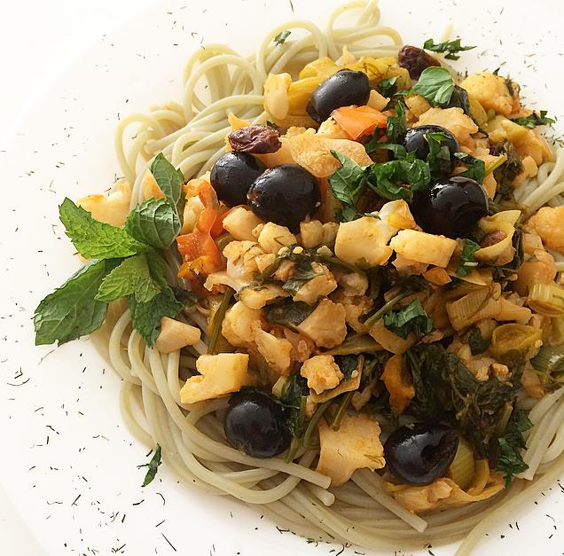 Pasta integral de arroz y espirulina con vegetales al masala y toque cítrico