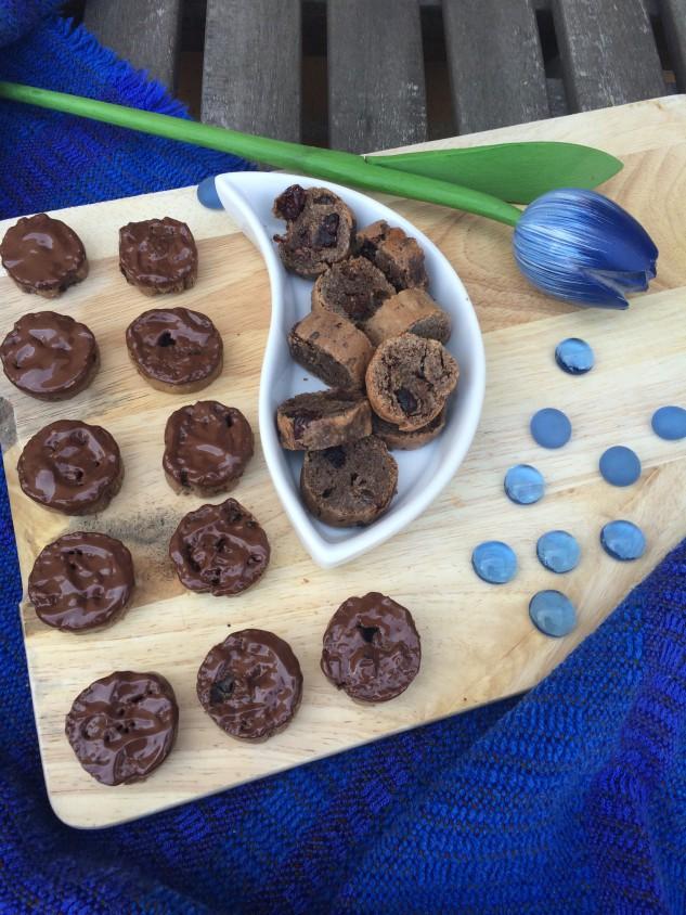 Biscottis marmoleados de arándanos y pasas con chocolate