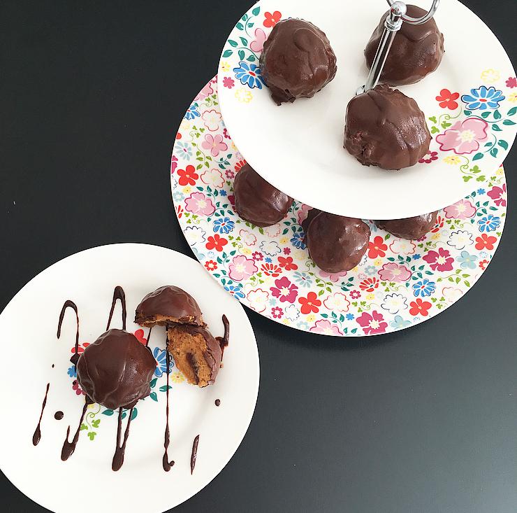 Suavecitos de batata rellenos de dátiles cubiertos de chocolate oscuro
