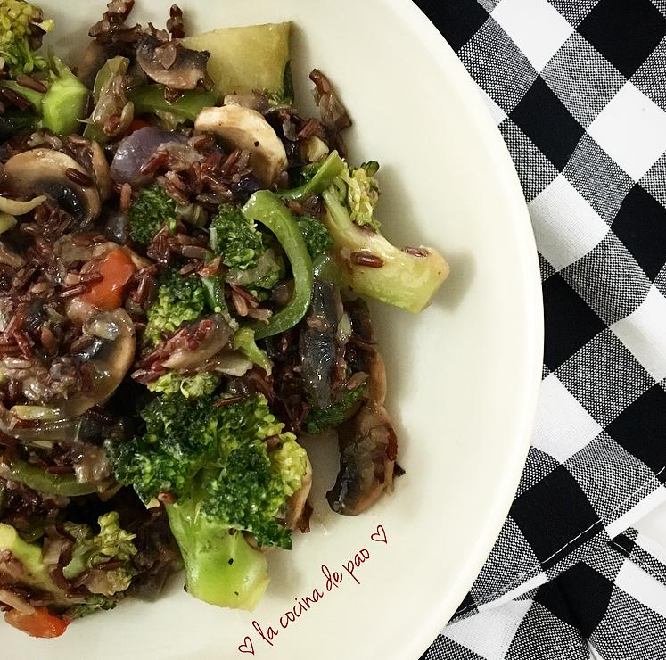 Wok de arroz rojo con vegetales salteados en caldo oriental