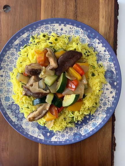 Arroz con azafrán y jengibre con verduras en su jugo