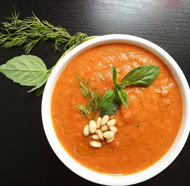 Salsa de tomate picante con romero y albahaca
