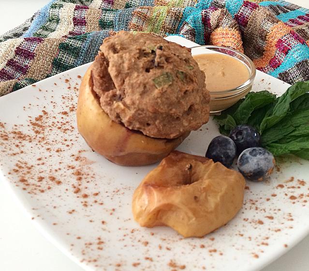 Manzana rellena de tarta suave de arroz integral y arándanos con toque de hierbabuena